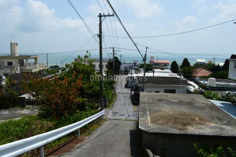 南国沖縄の海の見える田舎の路地裏の写真素材 [FYI02990526]