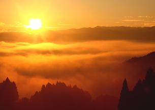 晩秋、雲海湧く朝日の山里の写真素材 [FYI02990543]
