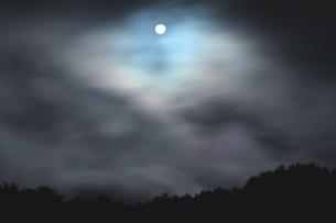 冬風舞う夜に微笑む満月の写真素材 [FYI02990567]