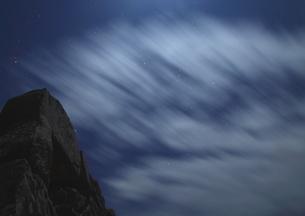 冬風舞う夜の竹田城跡の写真素材 [FYI02990568]