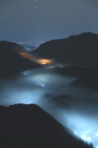 夜霧湧く三重熊野ツエノ峰の写真素材 [FYI02990573]