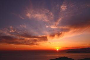 雲巻く和歌山紀伊水道の夕陽の海岸の写真素材 [FYI02990579]