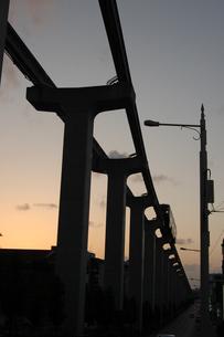 夕暮れ時のモノレールのシルエットの写真素材 [FYI02990658]
