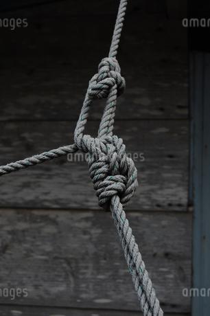 固く結ばれた古いロープの写真素材 [FYI02990662]