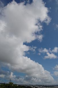 都会の青空に広がる雲の写真素材 [FYI02990672]