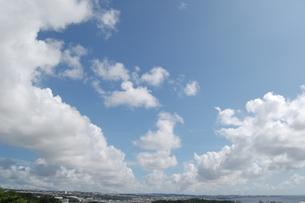 都会の青空に広がる雲の写真素材 [FYI02990675]