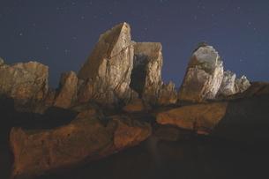 夜中の名勝、橋杭岩の写真素材 [FYI02990775]