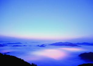 幻想的な瞬間の丹波の雲海の朝の写真素材 [FYI02990776]