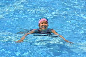 プールで泳ぐ女の子の写真素材 [FYI02990778]
