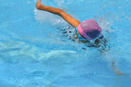 プールで泳ぐ女の子(クロール)の写真素材 [FYI02990780]