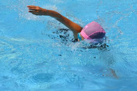プールで泳ぐ女の子(クロール)の写真素材 [FYI02990782]