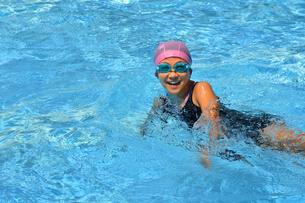 プールで泳ぐ女の子の写真素材 [FYI02990784]