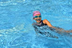 プールで泳ぐ女の子の写真素材 [FYI02990786]