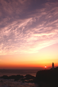 本州最南端、潮岬灯台の夕陽の写真素材 [FYI02990787]
