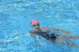 プールで泳ぐ女の子の写真素材 [FYI02990788]