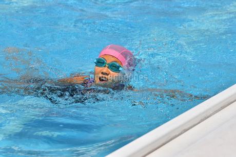 プールで泳ぐ女の子の写真素材 [FYI02990790]