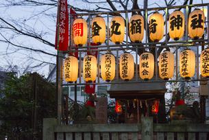 四谷荒木町の力車門通りの金丸稲荷神社の提灯の写真素材 [FYI02990862]
