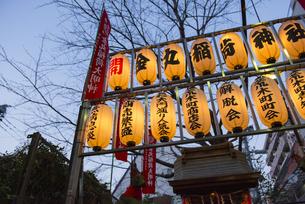 四谷荒木町の力車門通りの金丸稲荷神社の提灯の写真素材 [FYI02990865]