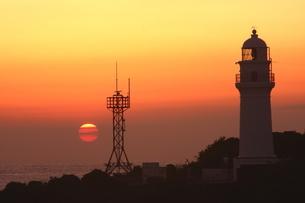 本州最南端、潮岬灯台の夕陽の写真素材 [FYI02990937]