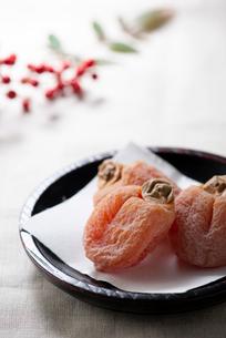 お年賀の贈答品 市田柿をお茶請けにの写真素材 [FYI02990949]