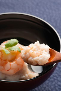 お椀に盛られた海老の入った蓮根まんじゅうを食べようとしているところの写真素材 [FYI02990973]