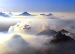雲海湧くスイスヴァリスアルプス<空撮>の写真素材 [FYI02990988]