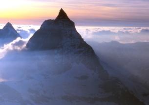 雲海染まる夕日のマッタ-ホルン(空撮)の写真素材 [FYI02990990]