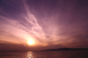 ミステリアスな雲湧く夕日の海岸の写真素材 [FYI02991007]
