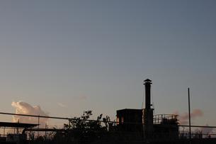 快晴の夕暮れと小さな工場の写真素材 [FYI02991099]