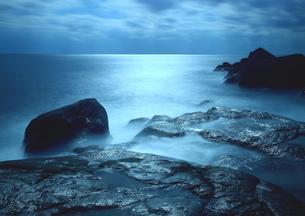 光眩しい南紀の海岸の写真素材 [FYI02991100]