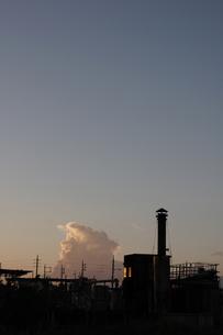 快晴の夕暮れと小さな工場の写真素材 [FYI02991101]