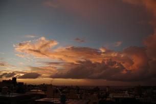 海沿いの都会と夕暮れの積乱雲の写真素材 [FYI02991103]