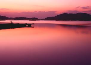 朝焼け染まる瀬戸虫明の入江の写真素材 [FYI02991105]