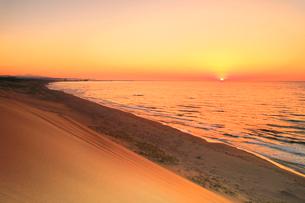 鳥取砂丘と日本海に夕日の写真素材 [FYI02991179]