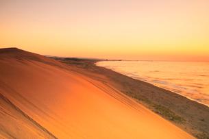 夕焼けの鳥取砂丘と日本海の写真素材 [FYI02991182]