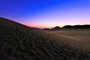 鳥取砂丘と日本海に朝焼けの空の写真素材 [FYI02991185]