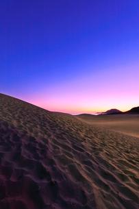 鳥取砂丘と日本海に朝焼けの空の写真素材 [FYI02991188]