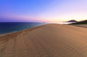 鳥取砂丘と日本海に朝焼けの空の写真素材 [FYI02991190]