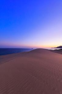 鳥取砂丘と日本海に朝焼けの空の写真素材 [FYI02991193]