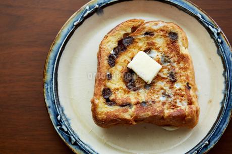バターの乗ったレーズンパンのフレンチトーストの写真素材 [FYI02991195]