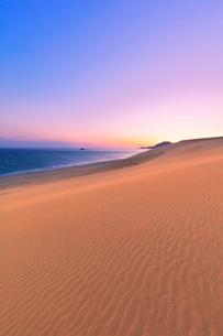 鳥取砂丘と日本海に朝焼けの空の写真素材 [FYI02991198]