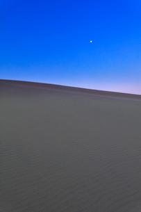 夜明けの砂丘と空に月の写真素材 [FYI02991204]