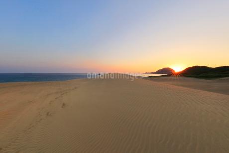 山陰海岸 鳥取砂丘と日本海に朝日の写真素材 [FYI02991209]