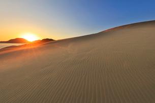 山陰海岸 鳥取砂丘と日本海に朝日の写真素材 [FYI02991219]