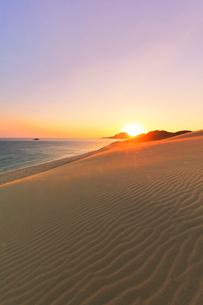 山陰海岸 鳥取砂丘と日本海に朝日の写真素材 [FYI02991223]