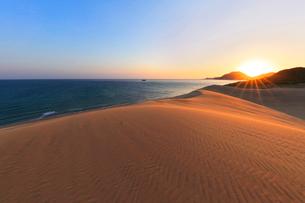 山陰海岸 鳥取砂丘と日本海に朝日の写真素材 [FYI02991225]