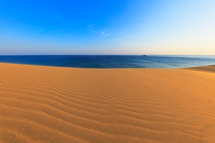 鳥取砂丘と朝の日本海の写真素材 [FYI02991234]
