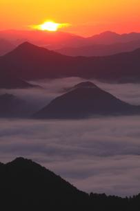 秋の丹波に雲海湧く朝日の写真素材 [FYI02991236]