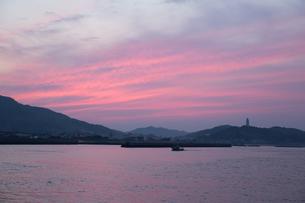 夕焼けの瀬戸内海の写真素材 [FYI02991241]