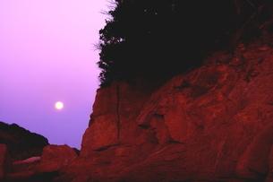 朝焼けに残る西空の月の写真素材 [FYI02991248]